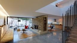 touton architectes - Danton - maison - séjour - puits de jour - cheminé - escalier béton - ancien atelier