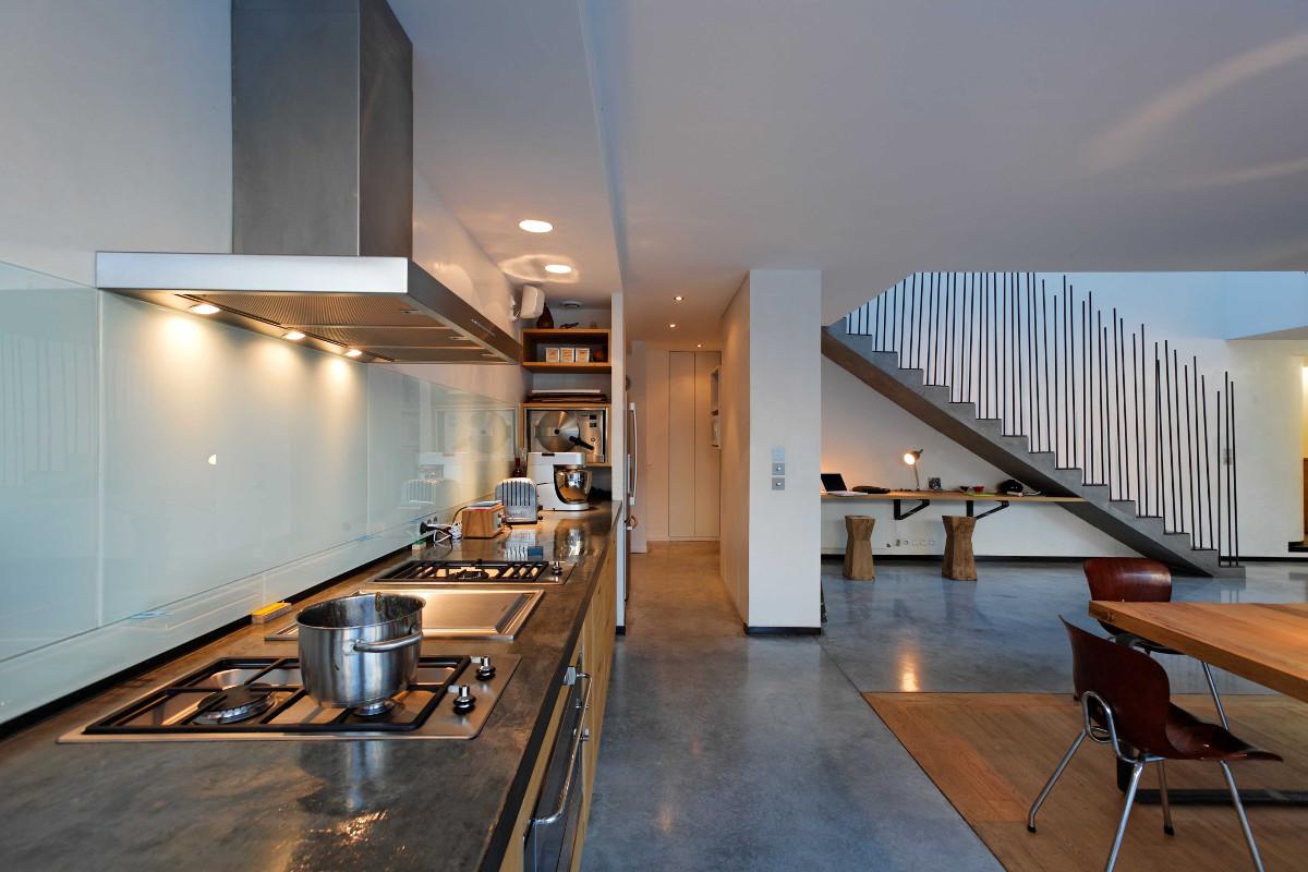 touton architectes - Danton - maison - cuisine en longueur - escalier béton - ancien atelier