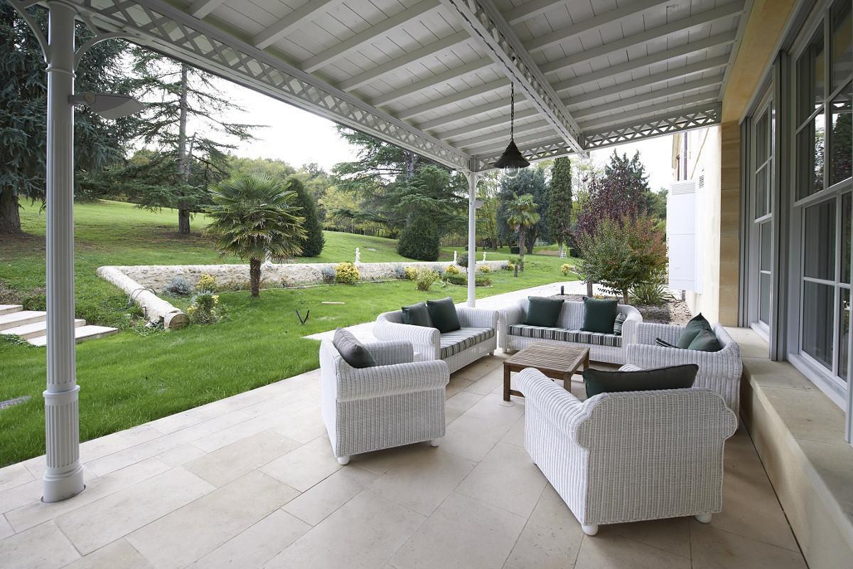 touton architectes - Domaine des Syrtes - rénovation propriété - terrasse couverte - structure bois et métal - salon extérieur