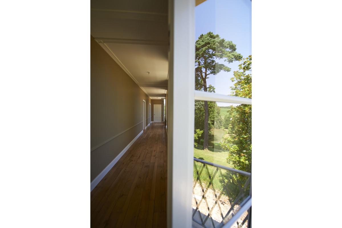 touton architectes - Domaine des Syrtes - rénovation propriété - couloir - parquet bois