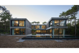 touton architectes - Eiders - villa - Cap Ferret - façade ouverte sur le jardin - piscine - bois et béton - au milieu des pins