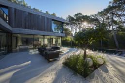 touton architectes - Eiders - villa - Cap Ferret - terrasse - vue vers piscine - au milieu des pins