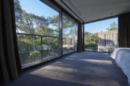 touton architectes - Eiders - villa - Cap Ferret - menuiseries toute hauteur - chambre - au milieu des pins
