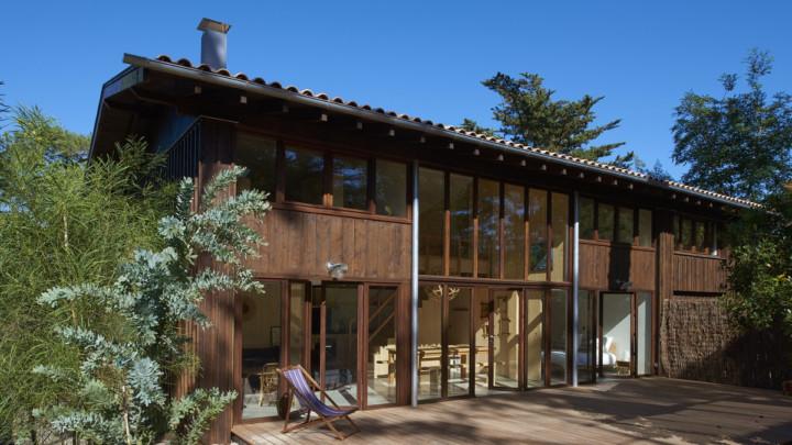 touton architectes - Lugue - villa - façade sur l'angle - bardage et terrasse bois
