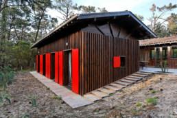touton architectes - Macreuses - villa - Cap Ferret - accès terrasse - bardage bois - volets rouge