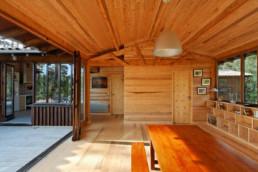 touton architectes - Macreuses - villa - Cap Ferret - séjour - charpente bois apparente - terrasse dehors comme dedans