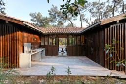touton architectes - Macreuses - villa - Cap Ferret - terrasse bois - bardage bois - cuisine extérieure béton