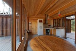 touton architectes - Macreuses - villa - Cap Ferret - cuisine - menuiseries bois - charpente bois