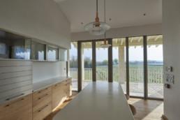 touton architectes - Pabus - chais- cuisine - mobilier - vue sur vignoble