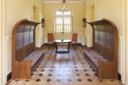 touton architectes - Petit Verdus - patrimoine - restauration château - entrée - mobilier - bancs en bois