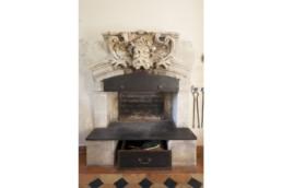 touton architectes - Petit Verdus - patrimoine - restauration château - cheminée cuisine - mascaron pierre