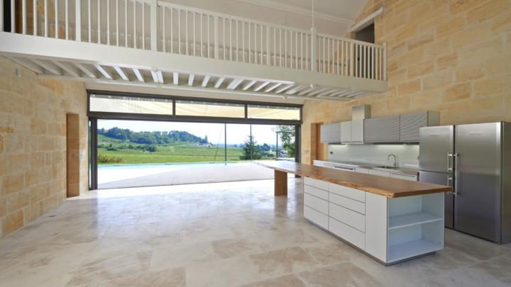 touton architectes - Picoron - maison d'été - cuisine séjour - coursive bois - transparence - perméabilité vers le jardin - vue sur les vignes