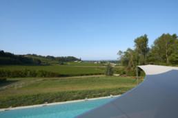 touton architectes - Picoron - maison d'été - vue depuis balcon chambre - vignes et piscine