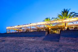 touton architectes - pinasse café - restaurant - vue de nuit depuis la plage - terrasse