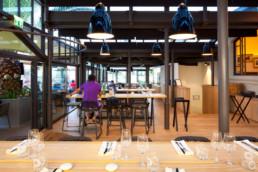 touton architectes - pinasse café - restaurant - salle intérieure - table haute - mobilier