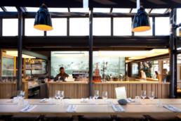 touton architectes - pinasse café - restaurant - salle intérieure - table haute - bar comptoir - mobilier