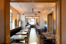 touton architectes - pinasse café - restaurant - salle intérieure du fond - mobilier