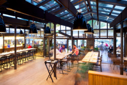 touton architectes - pinasse café - restaurant - salle intérieure sur l'angle - verrière - mobilier