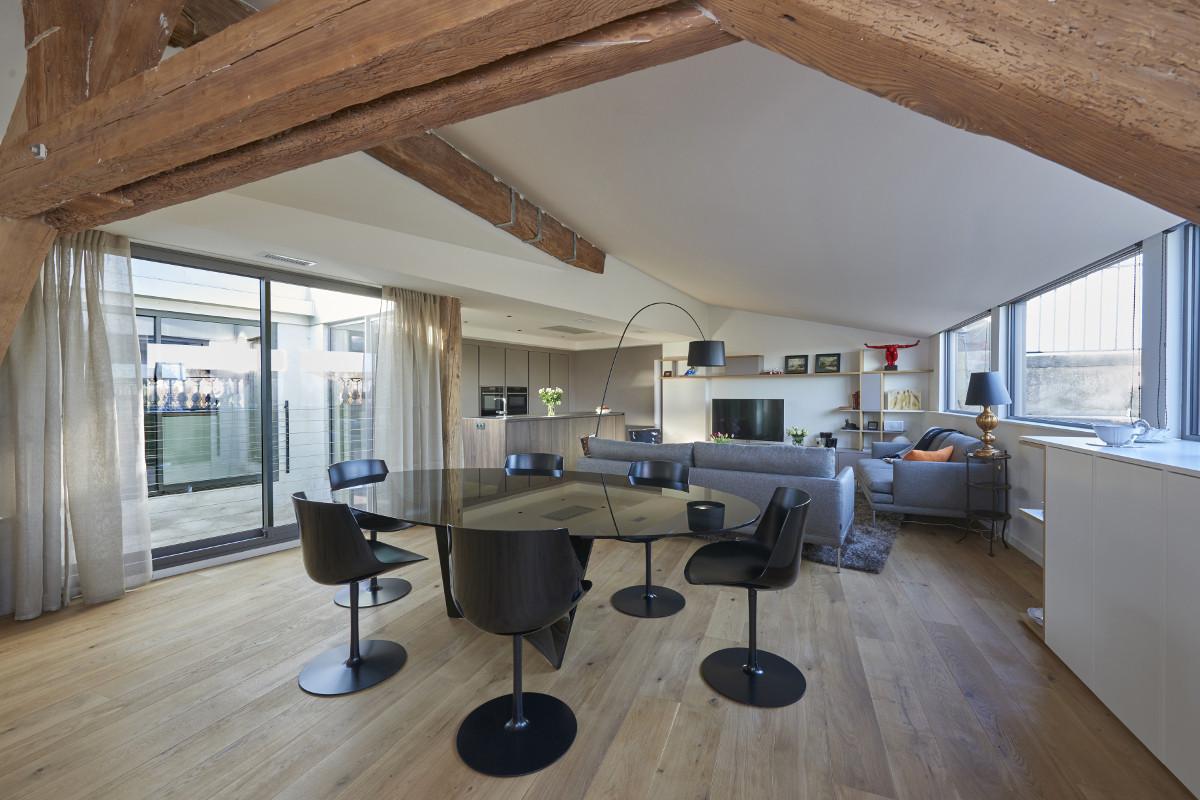 touton architectes - Quinconces - rénovation appartement - séjour - charpente apparente