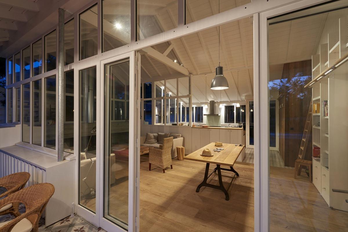 touton architectes - Saint-Henri - rénovation maison - séjour depuis terrasse de nuit