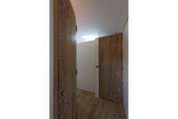 touton architectes - chambre cap ferret - couloir dressing salle de bains - porte fermée