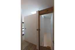 touton architectes - chambre cap ferret - couloir dressing salle de bains - porte ouverte