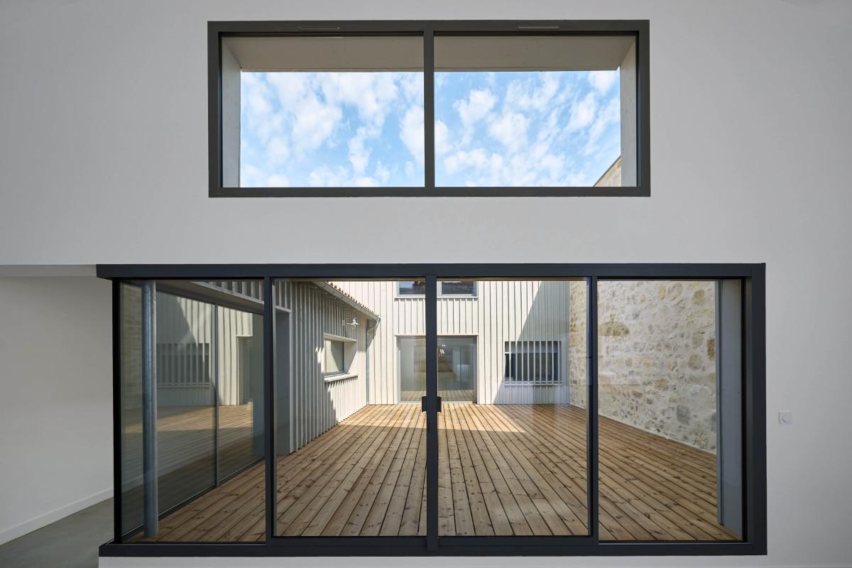 touton architectes - chartrons - logement collectif - grand duplex - vue terrasse depuis séjour - terrasse bois