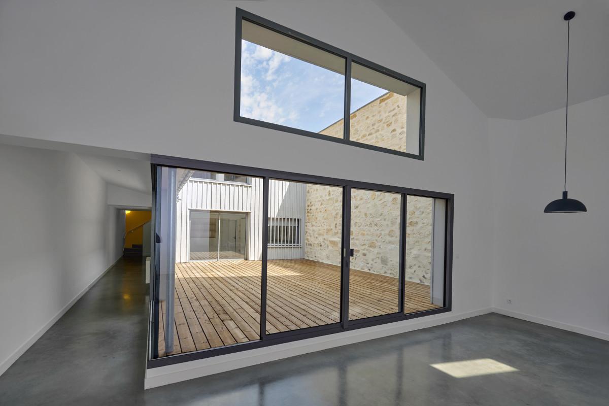 touton architectes - chartrons - logement collectif - grand duplex - vue terrasse depuis séjour angle - terrasse bois