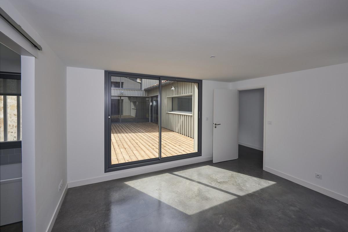 touton architectes - chartrons - logement collectif - grand duplex - chambre - vue sur terrasse - terrasse bois