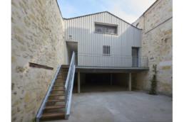 touton architectes - chartrons - logement collectif - petit duplex - accès - escalier bois et métal - bardage bois