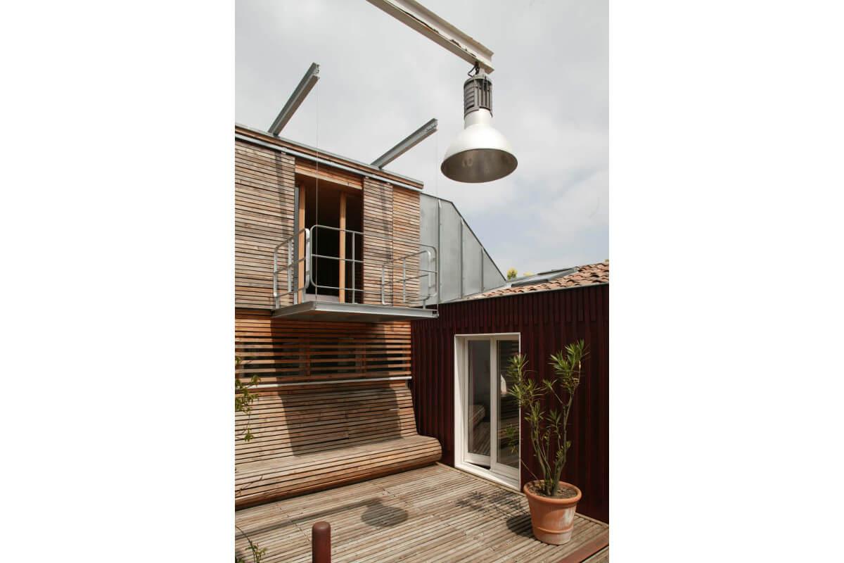 touton architectes - maison - bordeaux - terrasse bois - mobilier bois - banc - courbes - bardage bois