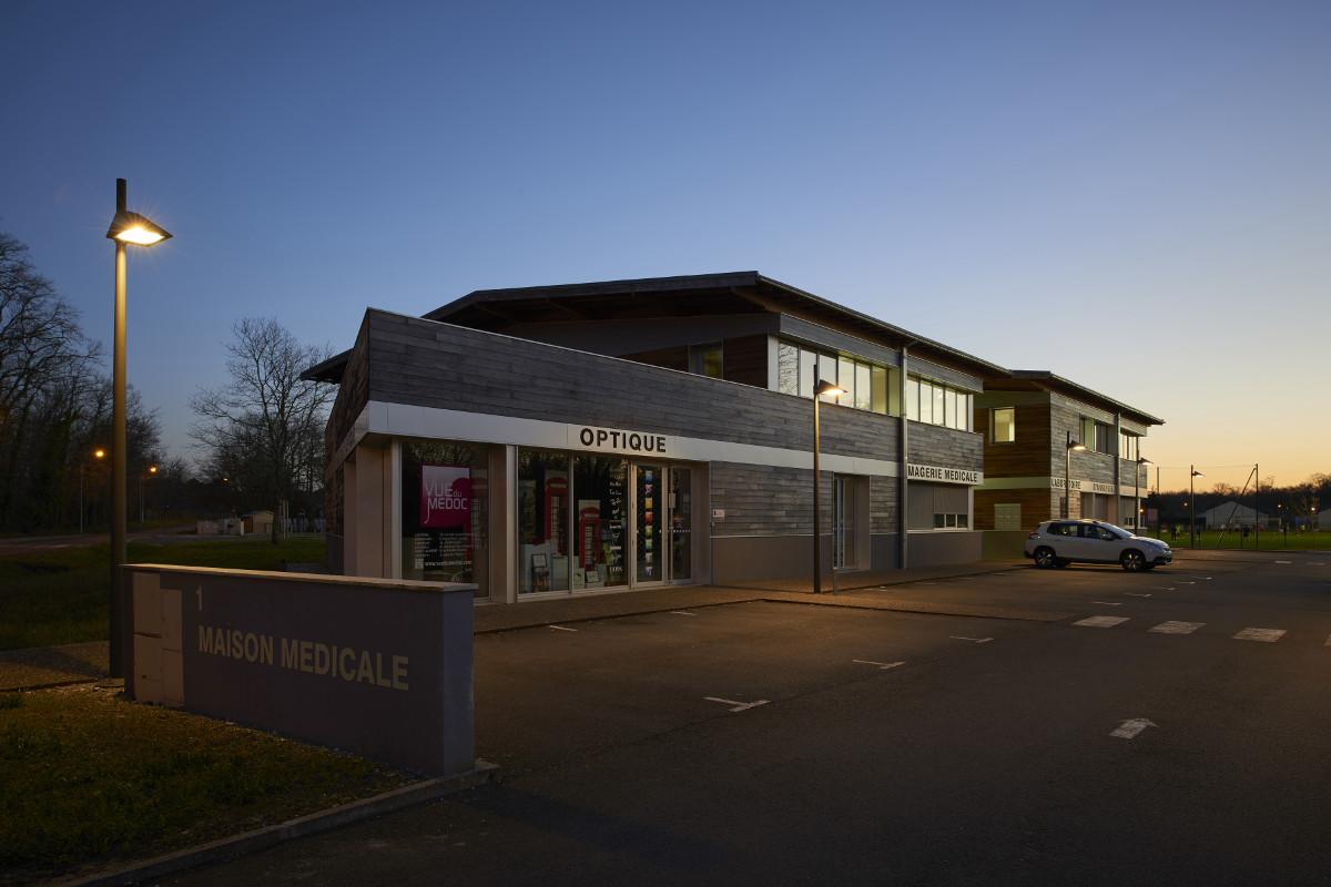 touton architectes - castelnau - maison médicale - façade sur l'angle de nuit
