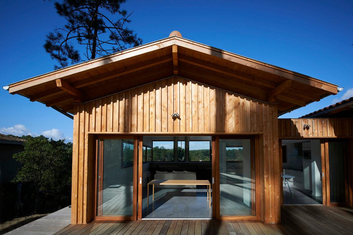 touton architectes - villa cap ferret - cabane moderne - façade séjour - terrasse bois - bois et béton