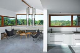 touton architectes - villa cap ferret -cabane moderne - séjour et cuisine - cheminée béton - bois et béton