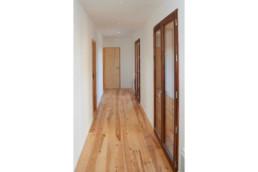 touton architectes - villa cap ferret - cabane moderne - couloir - bois et béton