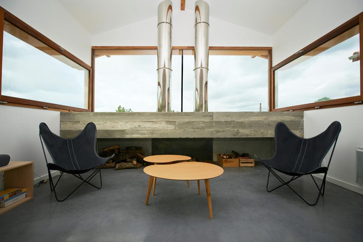 touton architectes - villa cap ferret -cabane moderne - séjour - cheminée béton - bois et béton