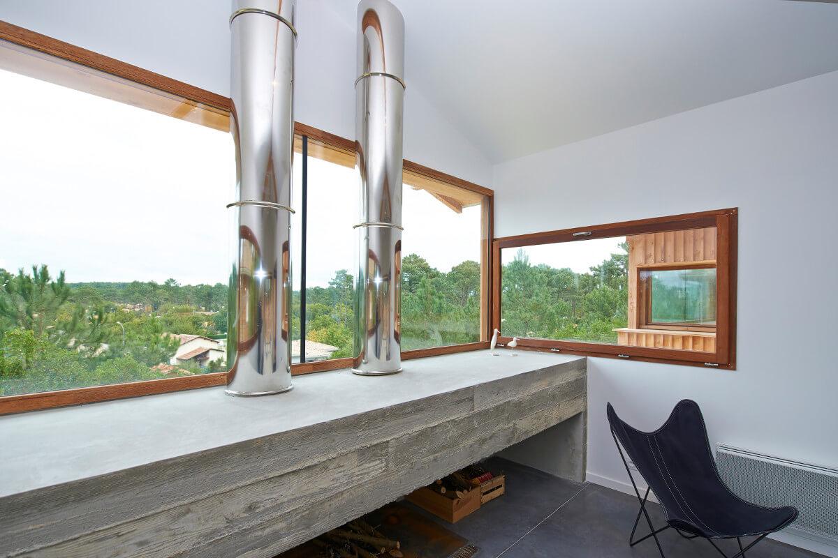 touton architectes - villa cap ferret - cabane moderne - séjour - cheminée béton - bois et béton