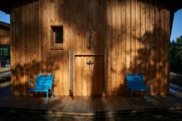touton architectes - villa cap ferret - cabane moderne - douche extérieure - bardage bois - bois et béton