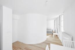 touton architectes - saint pierre - logement collectif - bordeaux - surélevation - patrimoine - séjour T1 - mur courbe - dos escalier